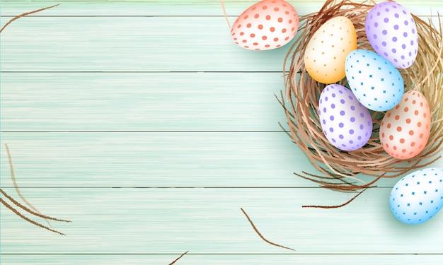 Coloridos huevos de pascua en nido sobre fondo de textura de madera