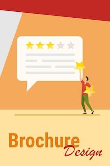 Comentarios de los clientes en línea. hombre aplicando estrellas de tasa para charlar burbuja ilustración vectorial plana. marketing, satisfacción, concepto de evaluación para banner, diseño de sitio web o página web de destino