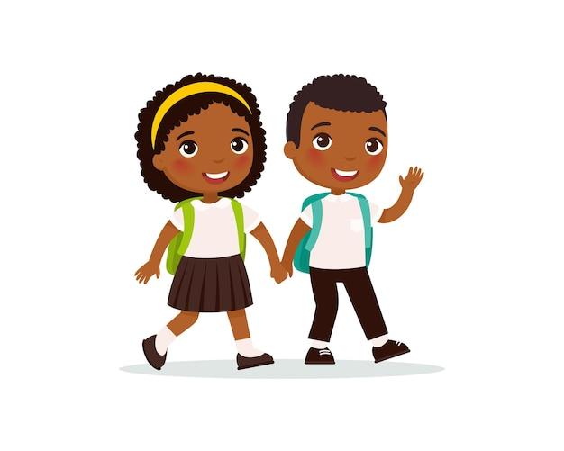 Compañeros de escuela yendo a la escuela pareja de alumnos en uniforme tomados de la mano felices alumnos de piel oscura