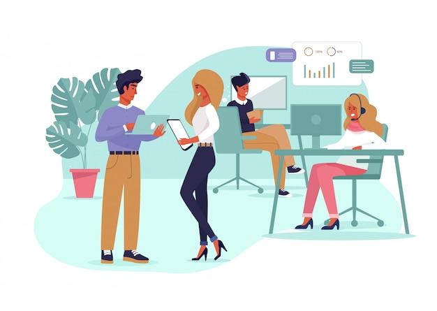 Compañeros de trabajo trabajando en proyecto empresarial en la oficina