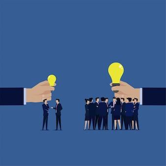 Comparar entre una pequeña empresa con una pequeña idea y un gran negocio con una gran idea.