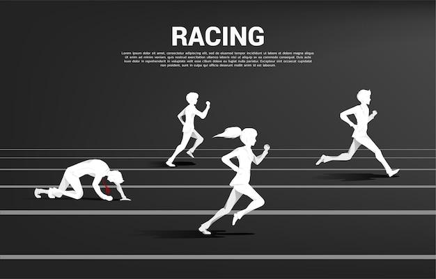 Competencia de silueta de empresario y empresaria corriendo en pista. concepto de negocio para la competencia