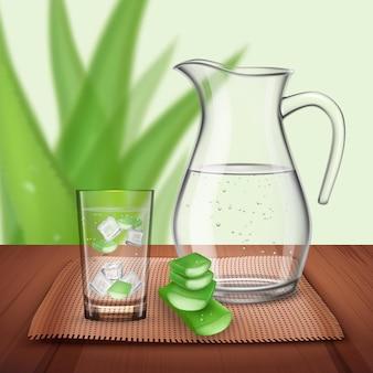 Composición de aloe vera con botella de agua brillante y vidrio con trozos de plantas naturales y cubitos de hielo.