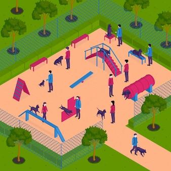 Composición de cinólogo de entrenamiento de perros isométrica con vista del patio al aire libre con equipo especial para la práctica de perros