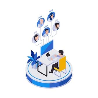 Composición de iconos isométricos de trabajo distante de gestión remota con el hombre en la mesa de la computadora con avatares de trabajadores distantes