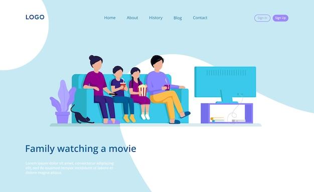 Composición de la plantilla de la página web de cuatro miembros de la familia sentados en el sofá viendo una película en el televisor