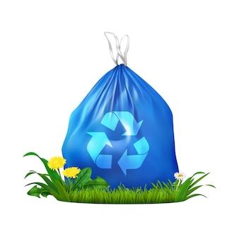 Composición realista de bolsa de basura de plástico ecológico con saco azul con símbolo de reciclaje en la hierba