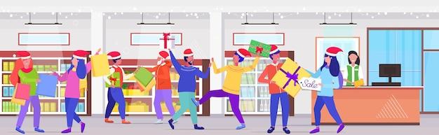 Compradores en cola de línea luchando por compras bolsas y cajas de regalo en el mostrador de caja hombres mujeres clientes en compras de temporada venta concepto de lucha interior del supermercado