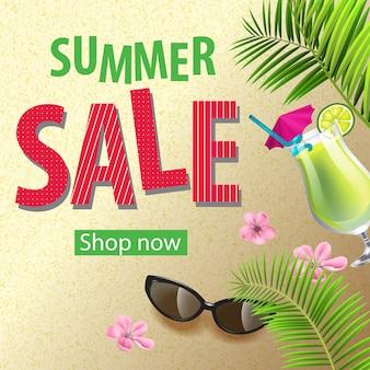 Compre ahora, cartel de venta de verano con flores rosas, gafas de sol, cóctel de mojito