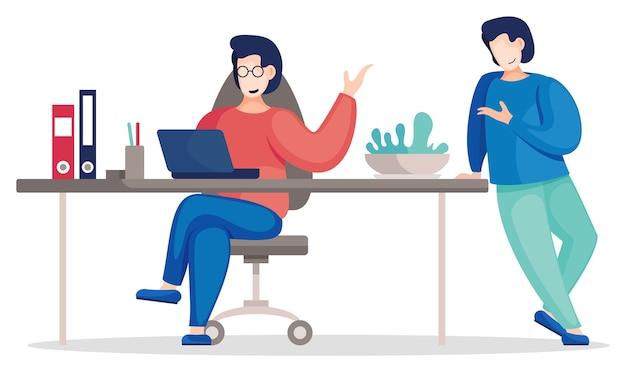 Comunicarse con colegas en la oficina sentados a la mesa con laptop y de pie. la gente de negocios discute un nuevo proyecto