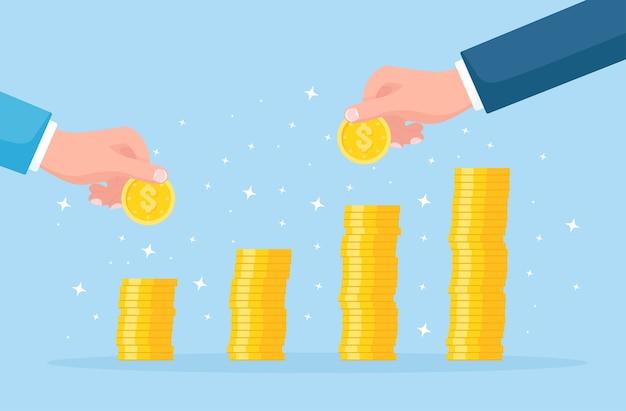 Concepto de crecimiento de inversiones y finanzas. hombre de negocios acertado poner monedas en la pila de efectivo, dinero