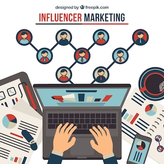 Concepto de influence marketing con manos escribiendo en portátil