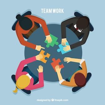 Concepto de teamwork con gente en mesa