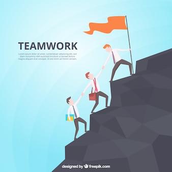 Concepto de teamwork con hombre escalando en montaña