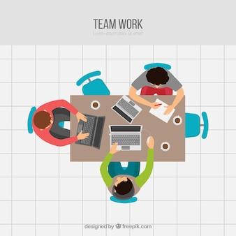 Concepto de trabajo en equipo con trabajadores jóvenes