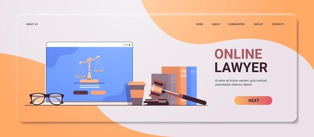 Concepto de derecho y justicia juez martillo libros y escalas en la pantalla de un portátil abogado en línea asesoramiento legal espacio de copia horizontal