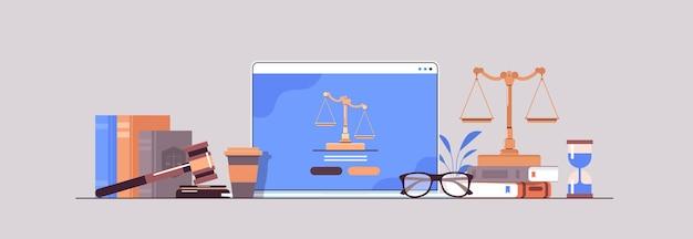 Concepto de derecho y justicia juez martillo libros y escalas en la pantalla del portátil abogado en línea asesoramiento legal horizontal