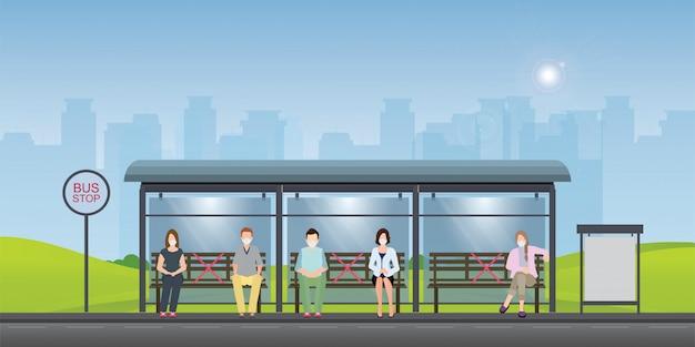 Concepto de distanciamiento social con personas con máscaras médicas en la parada de autobús.