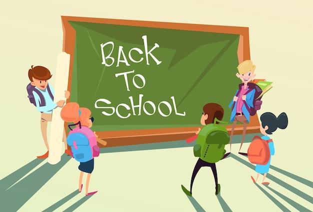 Concepto de la educación del tablero del grupo de los niños de nuevo a la escuela