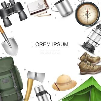 Concepto de elementos de camping realista con tienda de campaña mochila sombrero de panamá zapatillas de deporte linterna brújula de navegación hacha pala termos binoculares coincide con taza de metal