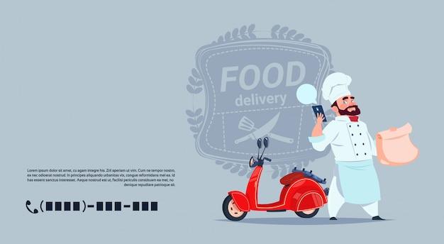 Concepto de emblema de entrega de alimentos chef cocinero de pie en la moto roja sobre fondo de plantilla