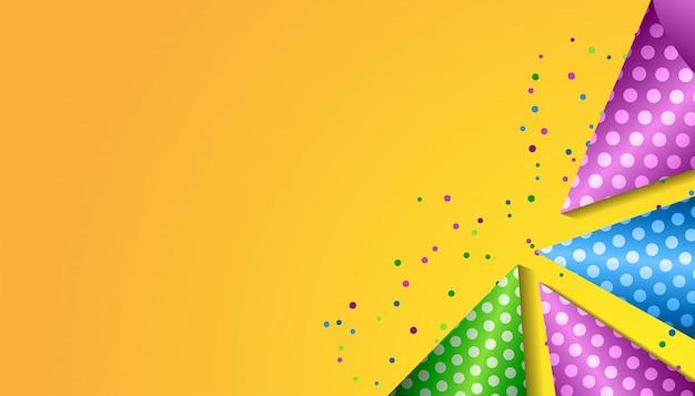 Concepto de feliz cumpleaños con sombrero de fiesta realista, confeti y espacio de copia