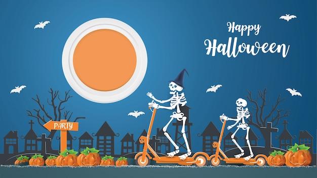 El concepto feliz halloween con esqueletos montando un scooter eléctrico va de fiesta por la noche.