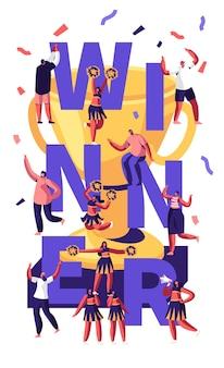 Concepto de ganador con equipo de porristas haciendo pirámide en competencia deportiva y gente alegre alrededor de copa de oro y confeti