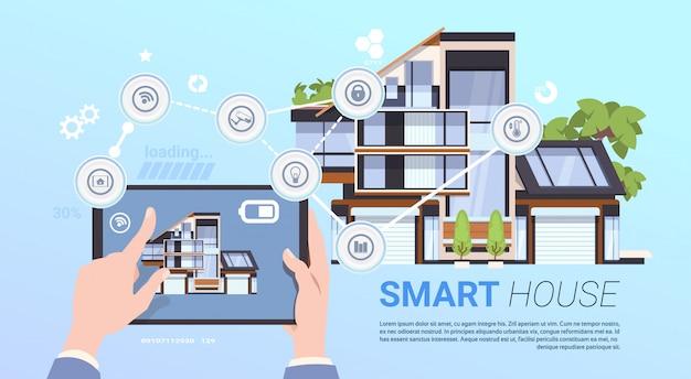 Concepto de gestión de casa inteligente con manos sosteniendo dispositivo de tableta