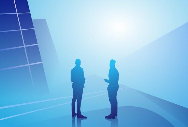 Concepto del hombre de negocios de la silueta que habla la discusión que habla, reunión del hombre de negocios