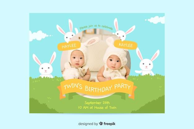 Concepto de invitación de cumpleaños de gemelos de bebé