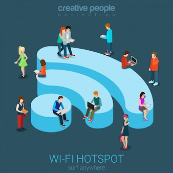 Concepto isométrico plano de conexión inalámbrica de zona inalámbrica de zona wi-fi pública, personas navegando por internet en la ilustración de podio en forma de wifi