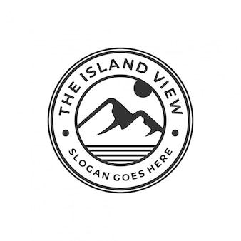 Concepto de logotipo de montaña con insignia de círculo.