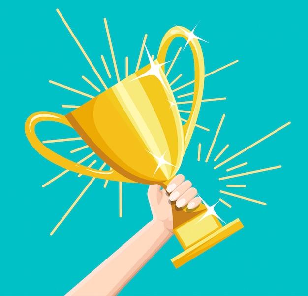 Concepto de logro de objetivos de negocio ganador, estilo feliz empresario exitoso con premio de la copa de oro en la mano, idea de liderazgo, victoria del primer lugar, competencia.