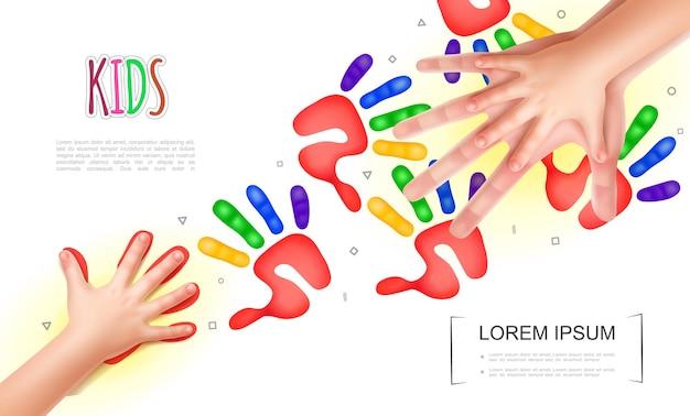 Concepto de manos de niños ligeros con manos realistas de la madre y el bebé y huellas de manos coloridas de niños
