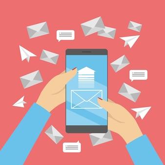Concepto de marketing móvil. mano que sostiene el teléfono móvil con sobre en la pantalla. comunicación con el cliente en internet. promoción por correo electrónico. ilustración