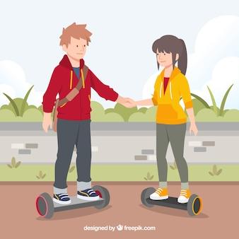 Concepto de moto eléctrico con pareja cogiéndose las manos