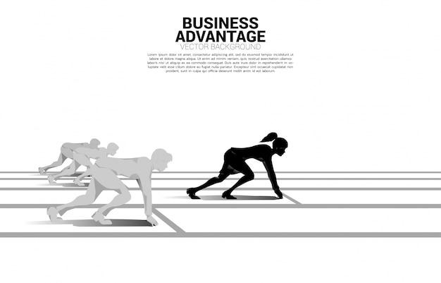 Concepto de negocio de competencia y ventaja comercial. silueta de empresaria lista para correr desde la línea de salida frente al grupo. en pista de carreras.