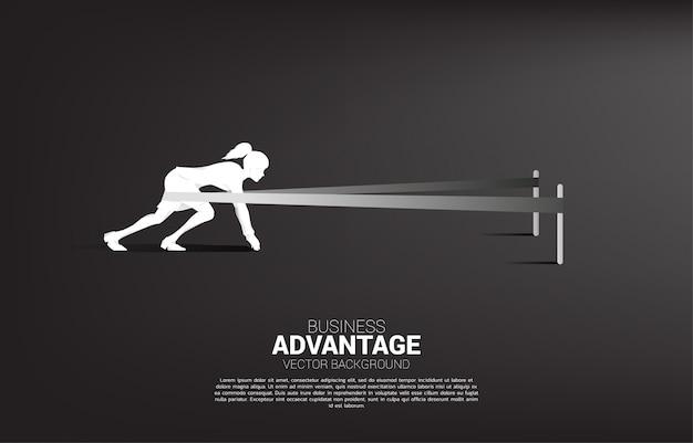 Concepto de negocio y ventaja empresarial. silueta de empresaria lista para correr con catapulta honda shot