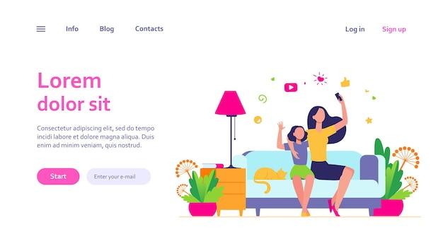 Concepto de ocio de mamá e hija. adolescente y su madre sentados en el sofá en casa, usando el teléfono inteligente para videollamadas o tomando selfie. se puede utilizar para temas familiares y de tecnología móvil.