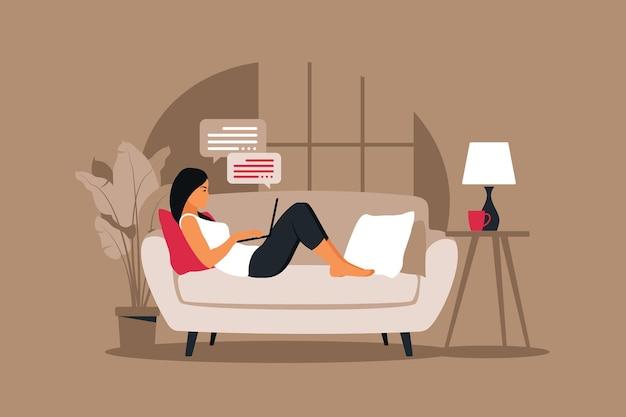 Concepto de oficina en casa, mujer que trabaja desde casa acostada en un sofá. ilustración en estilo plano