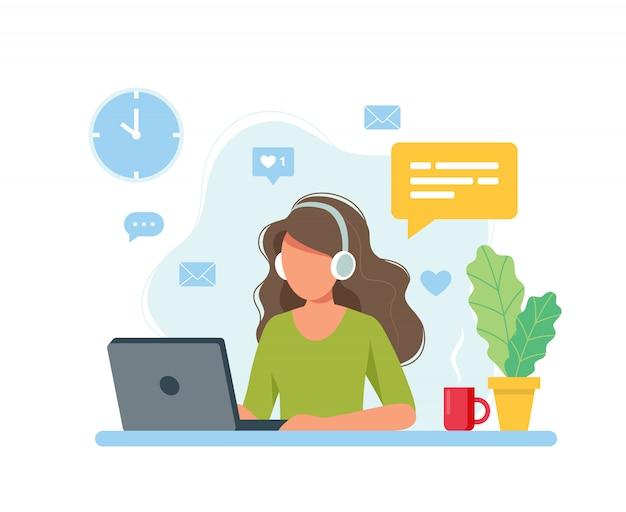 Concepto de oficina en casa, mujer que trabaja desde casa, estudiante o profesional independiente.