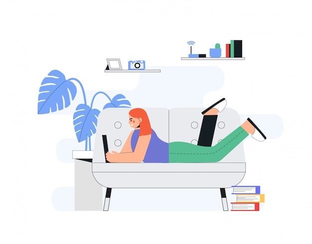 Concepto de oficina de trabajo a domicilio, trabajo de mujer desde casa tumbado en el sofá, estudiante, freelance.