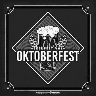 Concepto de oktoberfest con fondo de pizarra