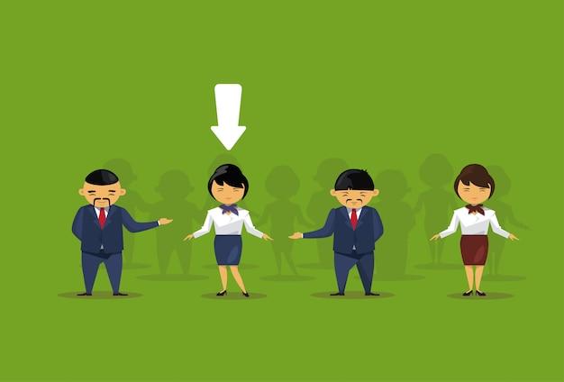 Concepto de reclutamiento flecha apuntando a empresaria