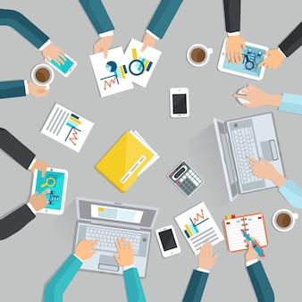 Concepto de reunión de negocios con la vista superior manos de empresarios con los gadgets
