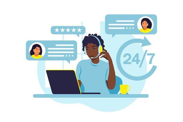 Concepto de servicio al cliente. mujer africana con auriculares y micrófono con laptop. soporte, asistencia, call center. ilustración. estilo plano