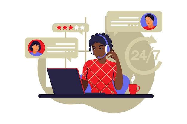 Concepto de servicio al cliente. mujer africana con auriculares y micrófono con laptop. soporte, asistencia, call center. ilustración vectorial. estilo plano