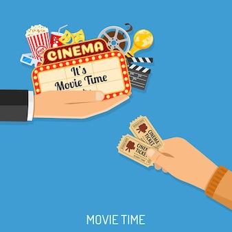 Concepto de tiempo de cine y película con iconos planos palomitas de maíz, máscaras, gafas 3d, letrero y boletos en la mano, ilustración vectorial aislada