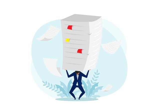 Concepto de trabajo duro, hombre de negocios en traje inclinado sobre llevar una pila de documentos en la espalda.